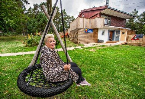 Helle Soos og Trollklubben barnehage vil åpne ny avdeling i dette huset på Årum. En annen avdeling med 23 barn er pålagt å stenge 1. oktober. Nå får hun støtte fra Høyre, KrF og Frp.