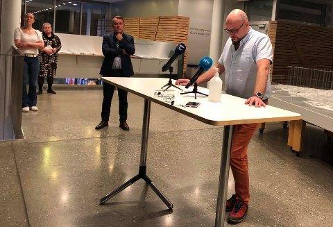 HOLDT OPPDATERING: Leder på koronasenteret, Øivind Benjaminsen, redegjorde om koronasitusjonen på pressekonferansen på Tromsø rådhus torsdag kveld.