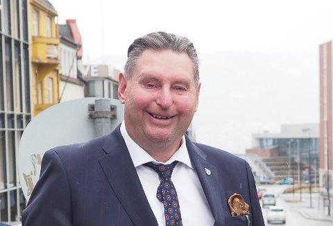 KOKROLIG: Ordfører Rune Edvardsen tar det med knusende ro at det ikke er foreslått penger til VM 2027 i revidert nasjonalbudsjett. I slutten av mai komer kulturminister Abid Raja på VM-tur til Narvik. – Vi er begge enige om at dette kommer til å bli konge, sier Rune Edvardsen.