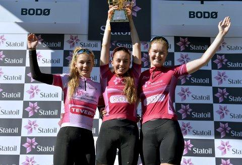 PALLEN: Hortens Martine Gjøs (t.v.) vant sølv i Morgendagens Helter-rittet. Her på pallen med vinner Amalie Lutro og Pernille Feldmann (begge Stavanger CK).