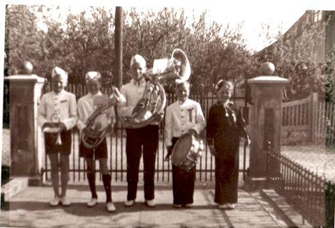 Granly skolemusikk: 5 av musikantene i Granly skolemusikk like etter etter krigen. Sansynligvis tatt 17. mai siden vi er dresset opp for anledningen. Fra v. Arne Nilsen - Knut Grandal - Arne Bottolfsen - Brødrene Arvid og Diddi  (usikker på etternavn).