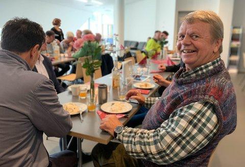 Max Helge (69) trives på Kafé Stoppen. Så godt at han fortsatt kommer på fredagene, selv om han har flyttet helt til Eigerøya.