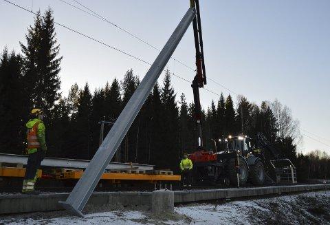 OPPGRADERING: De kommende årene skal hele det elektriske anlegget skiftes ut på Kongsvingerbanen mellom Lillestrøm og Åbogen. To entreprenører arbeider fra hver sin ende av banen, og banen er stengt i perioder nesten hver eneste dag utenom høytidene fram til 2021. Her er det heising av nye strømmaster ved Roven i Akershus tidligere denne måneden.