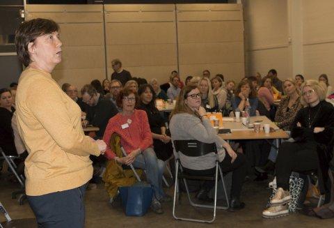 MOBBEOMBUD: Anni Sogstad er mobbeombud i Hedmark, og var gjest under dialogkonferansen i Kongsvinger. – Mobbing i barnehagen begynner ofte med utestengelse i lek, mens mobbing på barneskolen ofte starter med verbale krenkelser. Det er vi voksne som må oppdage og løse problemet, understreket hun. FOTO: PER HÅKON PETTERSEN
