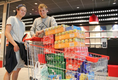 Bunkret opp: Det har de gjort, Ellef Lodgaard og Niklas Tollefsen fra Brumunddal skal på Stavernfestivalen. Da svarer det seg ta turen over grensa og handle drikkevarer og godis i Charlottenberg.