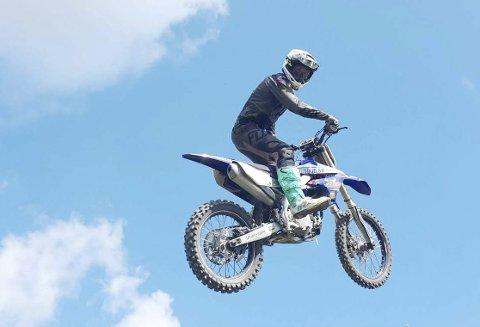 På vei til himmels: Action på  Haslemoen. Motocross er en tøff idrett. Foto: Lise Glorvigen.