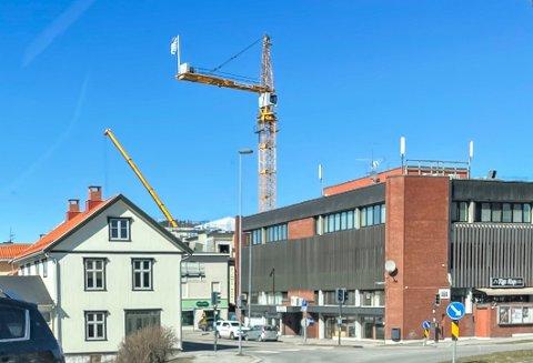 DEMONTERES: Byggekrana over Haugekvartalet blir nå demontert. Det er ikke lenger bruk for den i byggeprosessen.