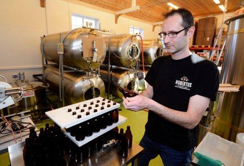 Hubertus Huijs har dreve bryggeri i Nord-Gudbrandsdalen i 7 år. Nå vil han selje, men vere med på lasset som bryggar sjølv.