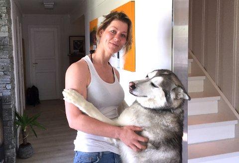 SYNGER SAMME SANG: Malamuten Luna fra Øyer deler musikksmaken til sin eier Kristin Wien.