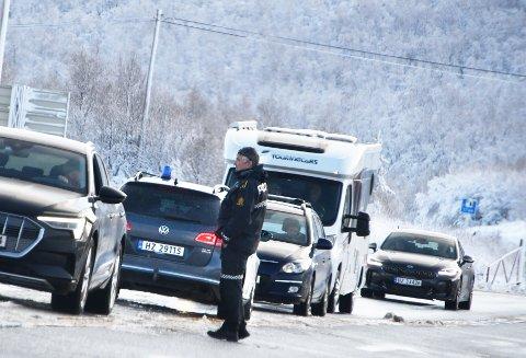 STOPP: Politiet stoppet all trafikk på grunn av trafikkulykken på E6 på Dovrefjell. En av bilførerne fikk kjøreforbud.