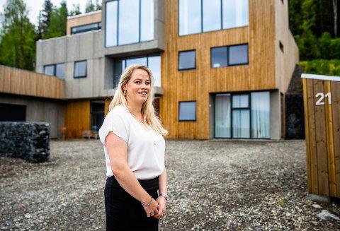 I et moderne funkishus, øverst i Skogenfeltet i Søre Ål på Lillehammer, bor Mai-Kristin Kappelslåen (33) sammen med sin mann, Jan Ove (46) og til sammen tre barn. Sveip til høyre for å se flere bilder fra boligen.