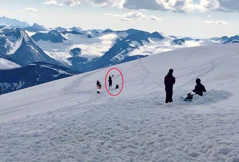 Her tek den eine persone ned drona si etter at den har flydd ei runde rundt toppen av Glittertinden i helga og teke bilde.
