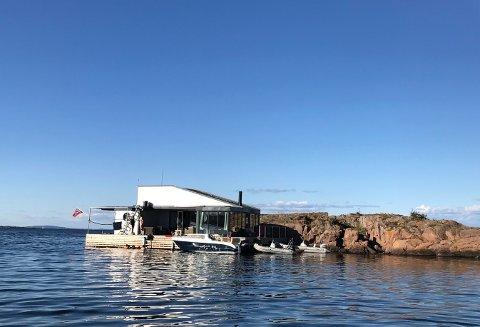 FLERE REAGERER: Her ligger husbåten til Tveten foranket inntil Ålborgholmen. Husbåten ligger ikke der lenger.