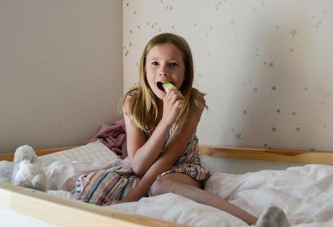 FERSK TIÅRING: Hennie Hjelmstadstuen fylte år 22. juli. – Det er jo litt rart å bli født den dagen, sier hun.