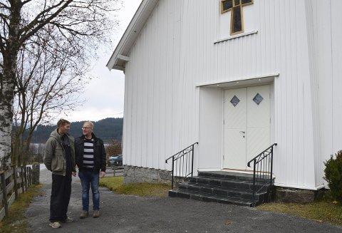 NYOPPUSSET: Edvinas Drevinskas og Ole Andre Torp foran ny trapp, inngangdør, nytt vindu og tårnsiden av Oppdalen kapell.