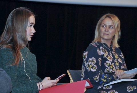 ALVORLIG: Mia Andersen Linnerud snakket om et så alvorlig tema som død. Her i samtale med Anne Marthe Zettervall.