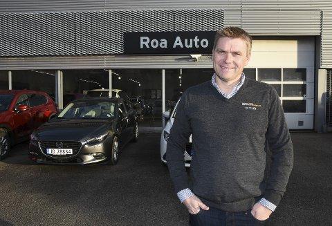 IKKE BARE BIL: Stig Brænden er opptatt av Roa Autos kunder og bilmerker, men har flere interesser enn bil på fritiden.