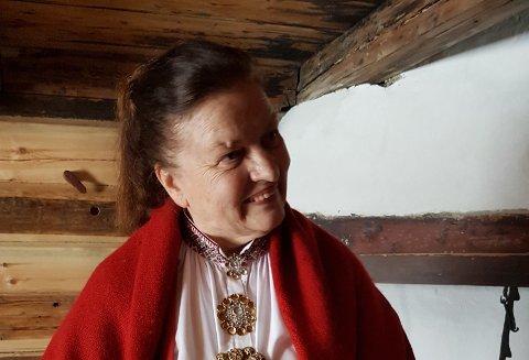 Anne T Romtveit som omvisar i Vinjestoga