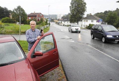 Vær obs: Mange bilister har for lite fokus på veien når de kjører bil. – Det skal vært lite til før det skjer en ulykke, sier trafikkansvarlig Magne Jamissen i Halden-politiet. Han oppfordrer folk til å stoppe og kjøre inn på en parkeringsplass, hvis de må bruke mobiltelefonen.