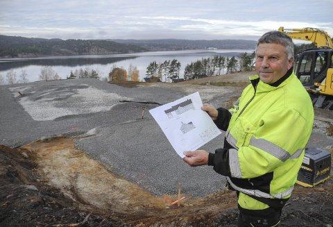 Ved Iddefjorden: Karsten Auensen er klar til å bygge nytt hus på Sofienberg med utsikt til Iddefjorden og Sverige i bakgrunn.Alle foto: Jan Erik Sørlie