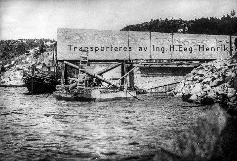 HOLDT PUSTEN: Alle holdt pusten da den digre stenblokka ble kjørt ut på lekteren i Iddefjorden 9. september 1926.