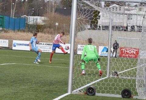 PANG I TAKET: Øystein Lundblad Næsheim banket inn 3-2 målet.