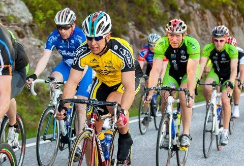 REKORDHOLDER: Ronny Olsen (gul drakt) er mannen den hittil ukjente Halden-rekorden i Trondheim - Oslo. 58-åringen fra Tistedal bor nå i Mandal. Bildet er fra turrittet Color Line Tour fra Kristiansand til Hovden i 2009.