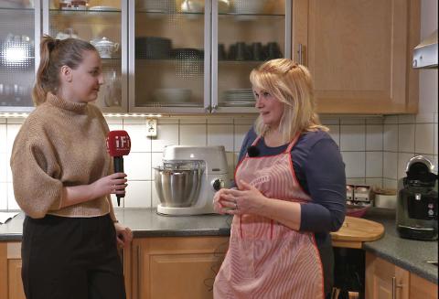 BAKING: (f.v.) Journalist Solveig Eriksen sammen med Elena Andreeva, som lager fantastiske kaker hjemme på sitt eget kjøkken.