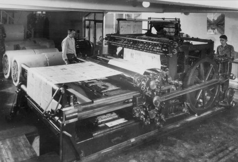 Røldalsvegen: Den gamle trykkemaskina. Øystein Hokholt overvåker trykkeprosessen.