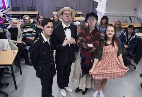 JOBBER MED MUSIKAL:   Drama 2. klasse ved Skeisvang vgs. setter opp musikalen «Annie». Her er hele klassen. Foran fra venstre: Jan Fredrik D.C. Bua, Anders Fikstveit, Renate Pettersen og Karianne Haugeberg.