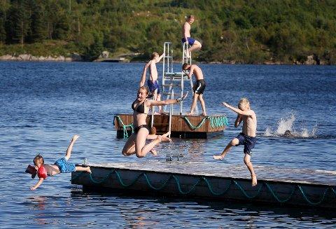22 GRADER: Barn og voksne koser seg i Eivindsvatnet.
