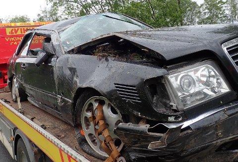 RULLET RUNDT: Bilen måtte fraktes bort med bilberger.