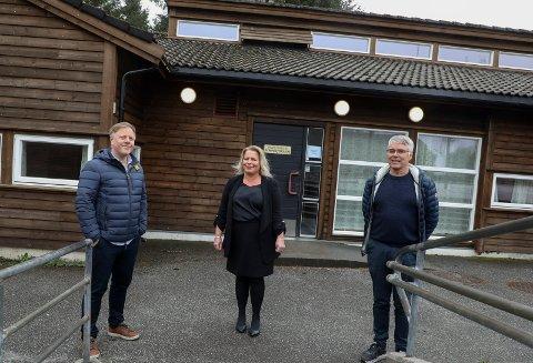 2021: Undervisningsinspektør  Håkon Vabø, rektor Stine Helen Mehammer og  undervisningsinspektør Petter Aas kan belage seg på å legge til rette for gratis skolemat for de yngste på Austrheim skole neste år.