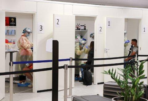 SMITTEVERN: Det er strenge regler for reisende som kommer fra røde land. Her fra testing på Haugesund lufthavn Karmøy. Personene på bildet har ingen tilknytning til saken.