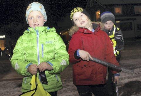 SYNLIG I MØRKET: William Alexander Bjørnå (t.v.) og Pernille Bekkavik i andre klasse ved Olderskog skole deltok på refleksaksjonen. Foto: Ingvild Nordgaard Jacobsen