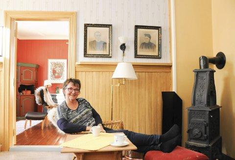 VARME I TREKKEN: Kari Sjursen mener at presteutdannelsen burde hatt 10 studiepoeng i kaffedrikking. Her i ovnskråa i prestegården i Mosjøen har hun mange gode samtaler. Mest med mannen Knut, men også med for eksempel teologistudenter. Ovnen varmer uansett.