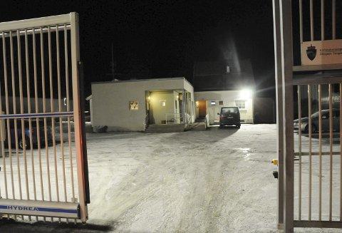 DØRA LÅSES, PORTEN LUKKES: Men innenfor gjerdet og den kalde vinterkvelden snakker de innsatte varmt om Mosjøen fengsel, som har soningsplass til 15 personer.