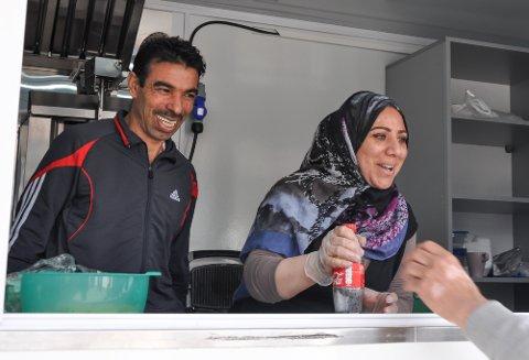 NYÅPNET MATVOGN: – Hun kunne ikke ha starte opp dette uten meg, og jeg kunne ikke ha startet opp dette uten henne, sier Ahmad Alaasmi om kona Khazna. Nå driver de to utsalg av syrisk mat på torget i Hammerfest.