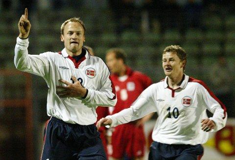 SAMMEN: Sigurd Rushfeldt og Ole Gunnar Solskjær spilte i angrepsrekka sammen i flere landskamper. Her fra en EM-kvalifiseringskamp mot Luxembourg i april 2003, der Norge vant 2-0 og de to scoret hvert av målene. Her har finnmarkingen gjort 1-0 etter 57 minutter.