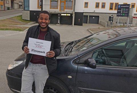 TAKKER: Ismail Nuure sier tusen takk, i det han mottar sjekken utenfor Finnmark Dagblads lokaler i Hammerfest.