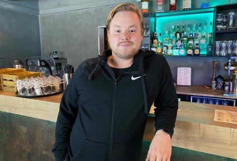 BØRSTER STØV AV SUPPA: Marius Heitmann finner frem menyene med tomatsuppe til en billig penge, når man igjen kan servere alkohol fra fredag av.