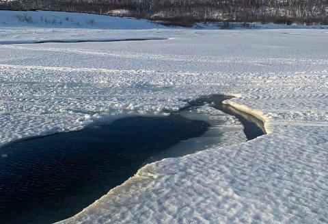 """FARLIG: Siden dette bildet ble tatt sist påske, har råken i isen gjort """"isbrua"""" uoverkommelig. - Det er ikke lenger forsvarlig for allmennheten å ferdes her, sier Thomas Arild Mølmann, som meldte fra til kommunen."""