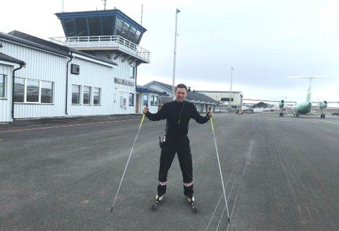 RULLET PÅ RULLEBANEN: Dag Einar Henninen brukte å trene med rulleski på nettopp rullebanen i Vadsø. Nå får han ikke anledning til det lenger. – Dumt, for jeg er glad så glad i det, sier han. Nå må han legge ut på ut på riksveien istedenfor.