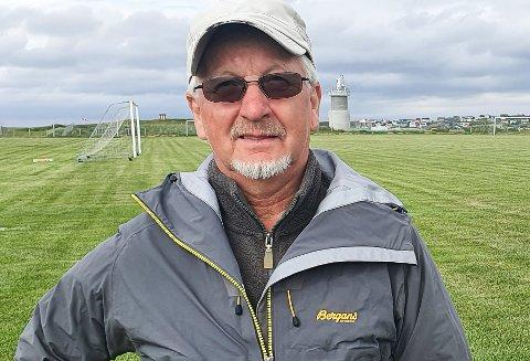 DUGNADSHELT: John O. Johansen har mye av æren for at verdens nordligste gressbane er så flott. I bakgrunnen det fjernstyrte flytårnet, som ennå ikke er tatt i bruk. Det har være flere utsettelser.