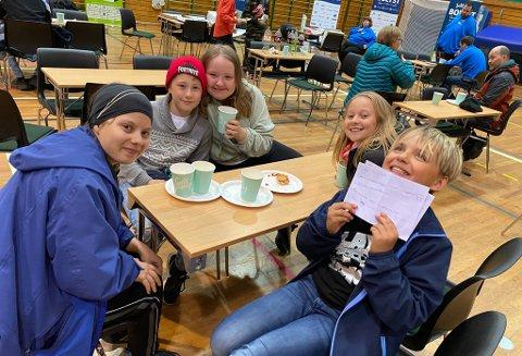 GODE SVAR: Det kom flere gode svar fra de unge i Nordkapp tirsdag.  Her ser du Thea (16), Lukas (11), Rebecca (14), Alma (12), og Max (12).
