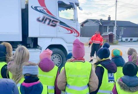 MANGE SPØRSMÅL: Jan Steinar Nylund ble overrasket over hvor stor interesse det var for trafikksikkerhet og store kjøretøy i Båtsfjord. Nå blir det trolig en årlig greie at de lærer elevene om hvor viktig det er å ha på seg refleks og se seg godt for når de er ute langs veiene.