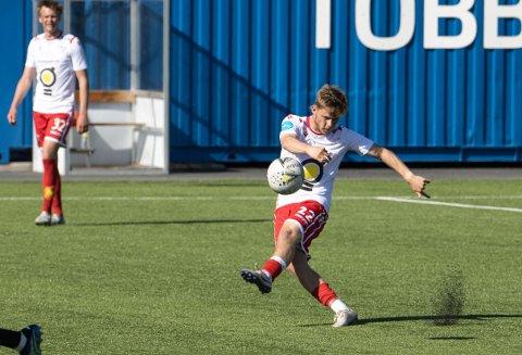 Her er Alexander Zoulakis i aksjon for sin nye klubb Levanger. Drakten er ganske så lik FFK-drakten med hvit overdel og rød shorts.