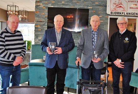 LANG FARTSTID: To virkelige veteraner i Lions Aurskog-Høland, Odd Moseby (andremann fra venstre) og Jacob Sandrup Knudsen (andremann fra høyere) har blitt hedret for 50 års fartstid i foreningen. Her flankeres de av president Terje Aaserud (t.h.) og visepresident Arild Henriksen (t.v.).