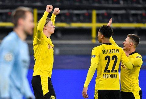Erling Braut Haaland feirer hans andre mål i Champions League kampen mot Club Brugge sammen med to lagkamerater.