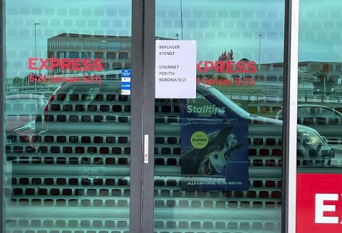 STENGT: Denne lappen hang utenfor Coop-expressbutikken på Øksnevad. Søndag åpner butikken igjen.